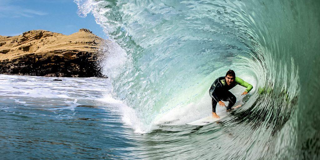 Surfista en medio de una ola en Máncora