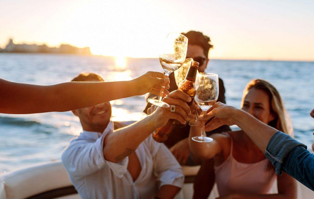 Grupo de amigos celebrando a la orilla de la playa