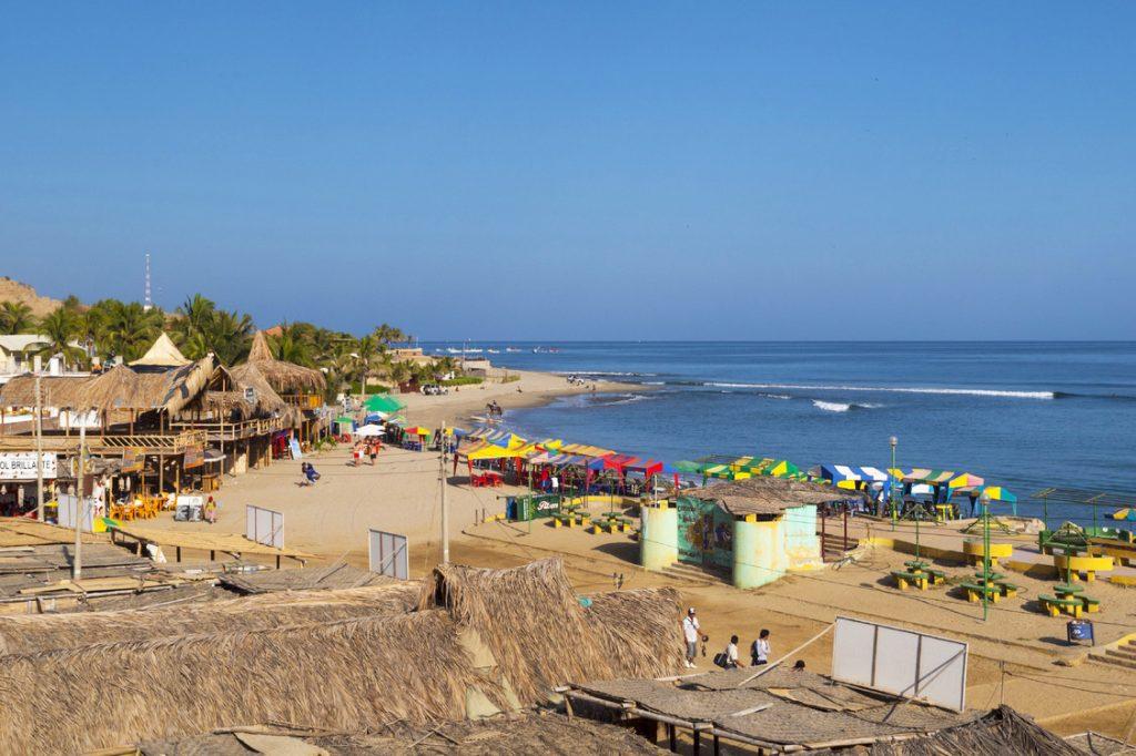 Personas caminando cerca de la playa de mancora