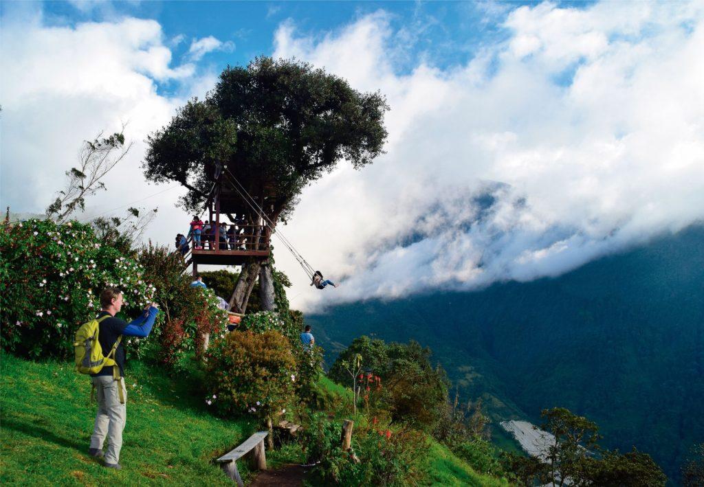 Casa del arbol y columpio sobre las montañas en Ecuador