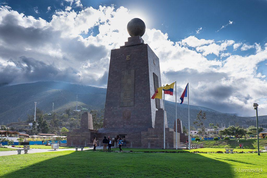 Escultura bajo cielo despejado en mitad del mundo en ecuador