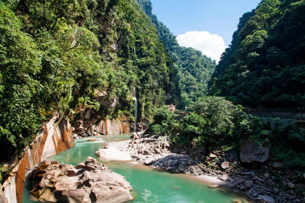 Río color turquesa en medio de la selva de Pucallpa