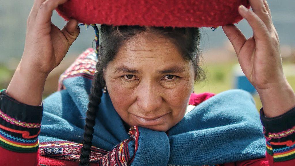 Mujer andina mirando a la cámara