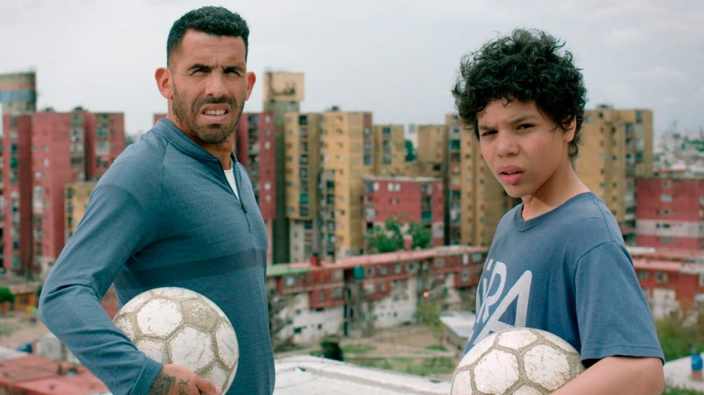 Dos jugadores de futbol posan mirando a cámara