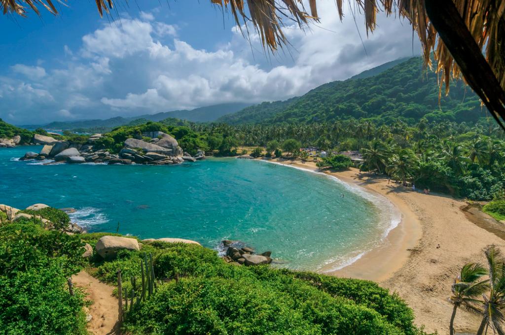 Playa de color turquesa en selva caribeña