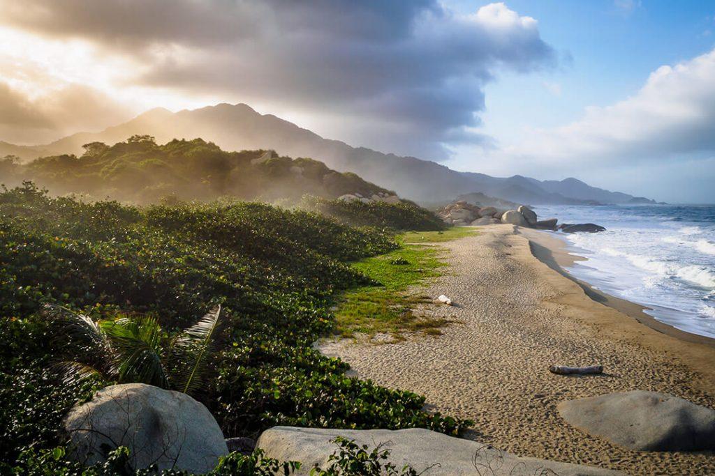 Playa durante el amanecer en el Tayrona