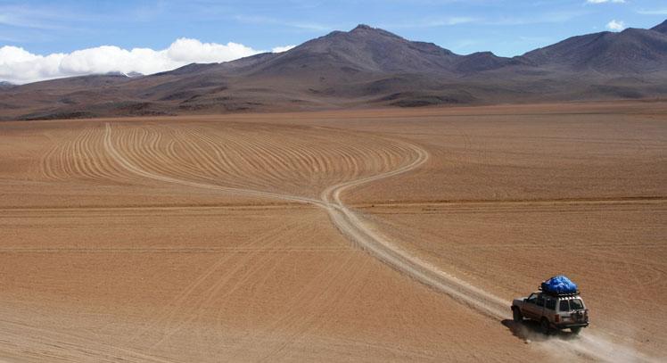 Auto atravesando desierto