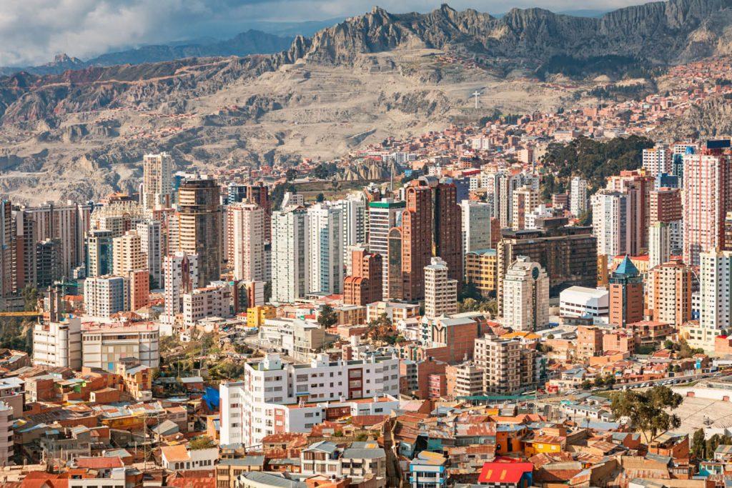 Ciudad de La Paz bajo las montañas