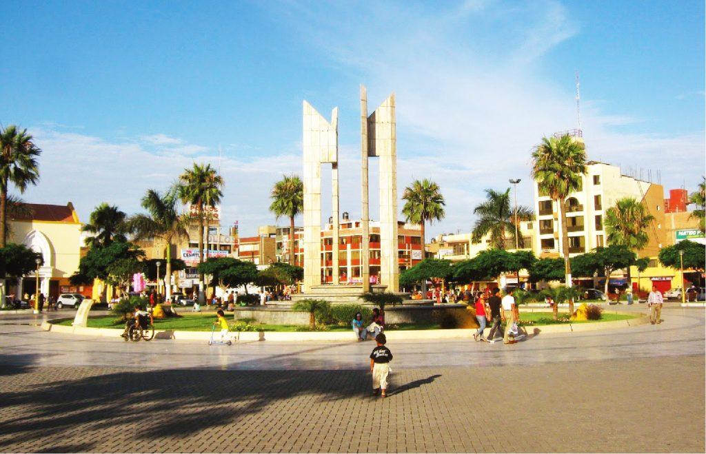 Plaza de armas de una ciudad en Perú