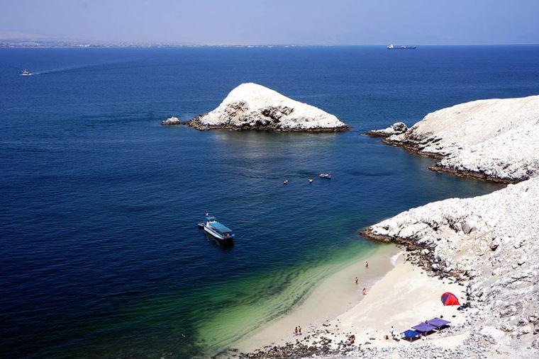 Costa con pequeña playa y bote