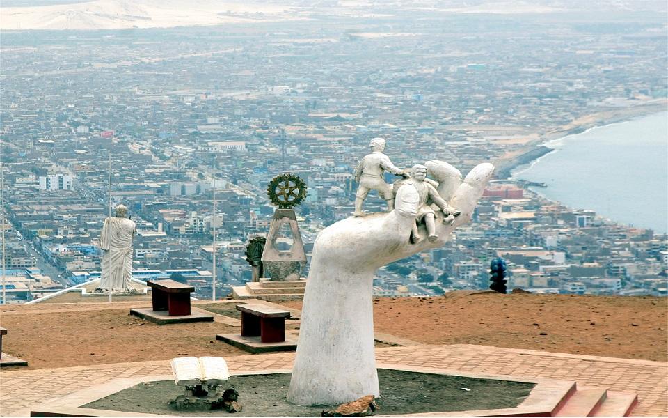 Escultura en la cima de un cerro en chimbote