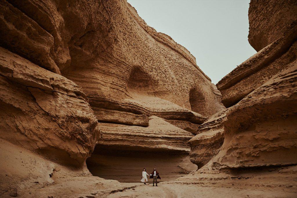 Pareja bajo inmenso cañón en Perú