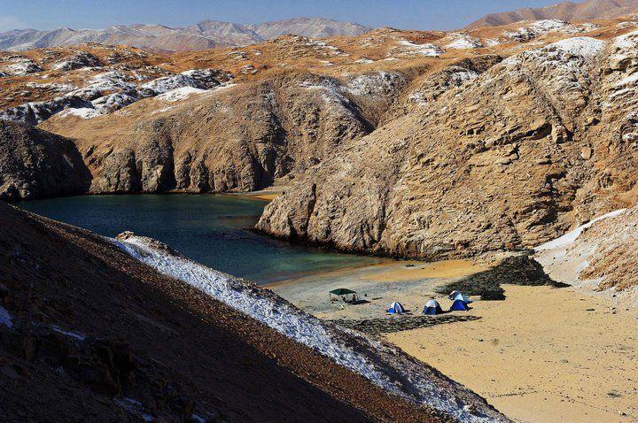 Carpas en la playa en medio del desierto en Perú