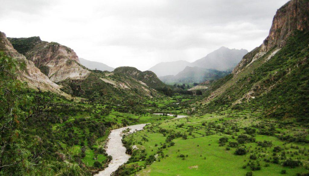 Valle con vegetación y río en el medio