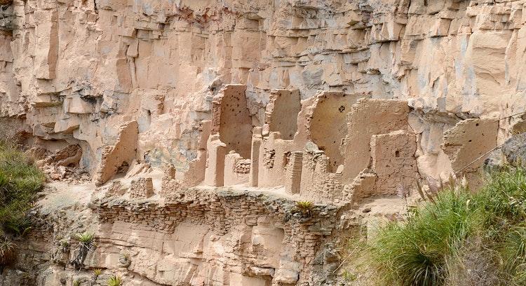 Ruinas arqueológicas en ladera en el Perú