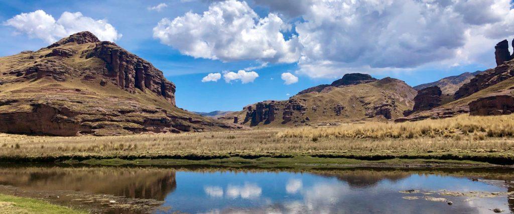Pequeña laguna grente a inmenso cañón en Perú