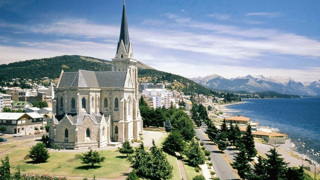 Iglesia en el centro de Bariloche frente a un lago