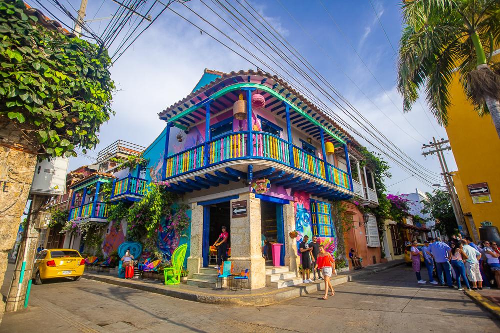 Casa colorida en medio de Getsemani en Cartagena