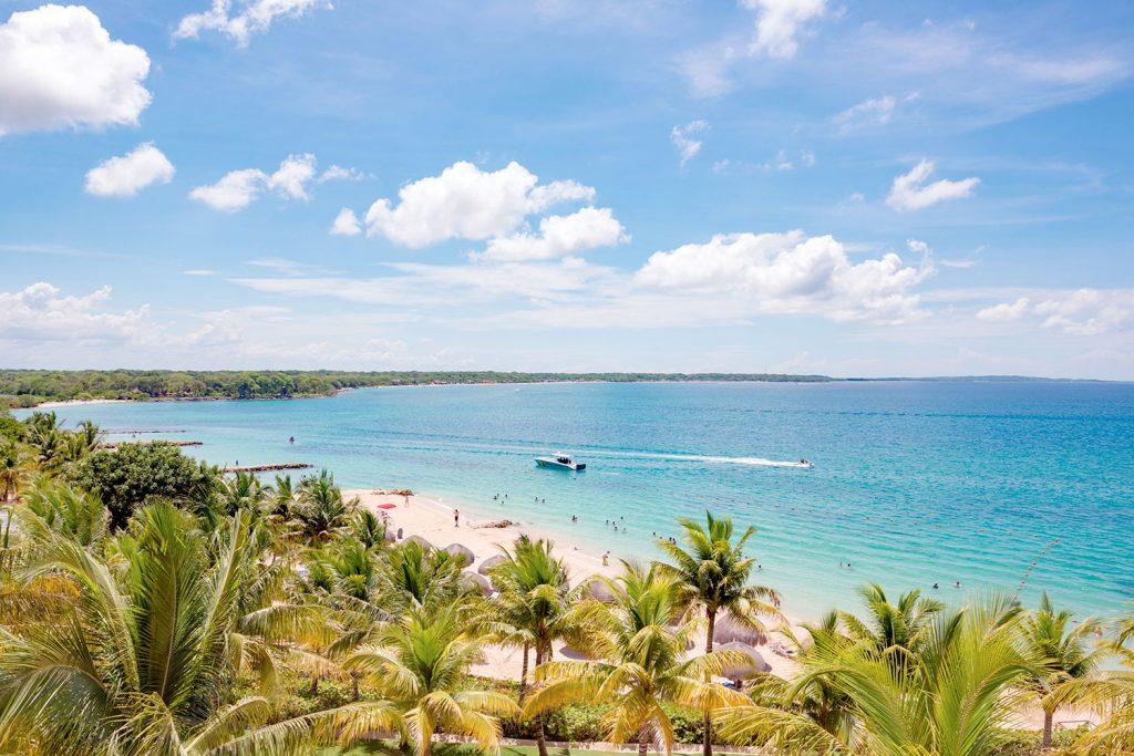 Playa caribeña frente a palmeras en Cartagena