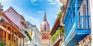 Ciudad colorida en iglesia de fondo