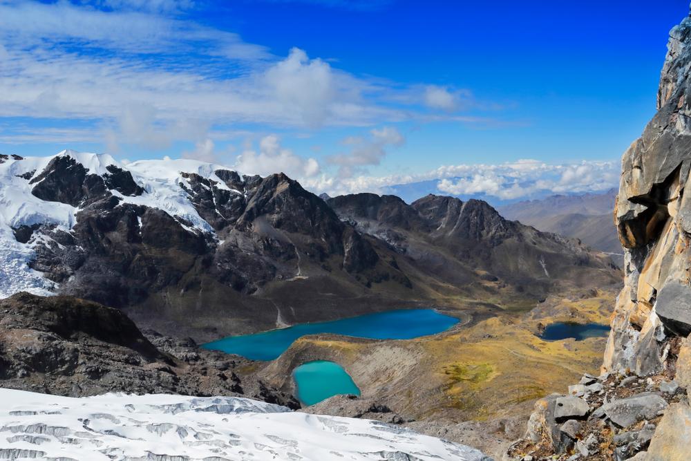 Tres lagunas bajo montañas en los andes peruanos