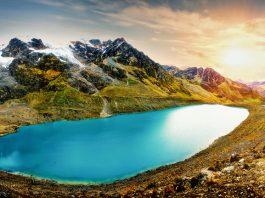 Laguna color turquesa bajo las montañas en Perú