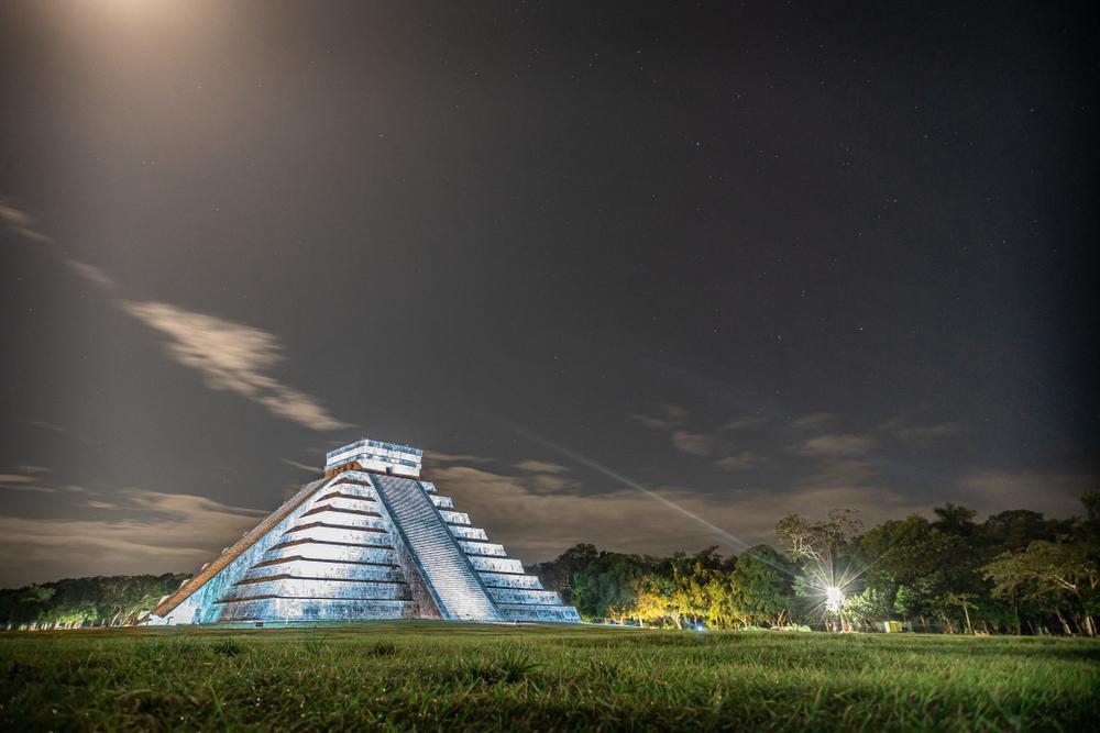 Pirámide de chichen itzá de noche e iluminada