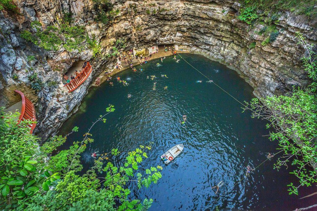 Fotografía de un Cenote en méxico tomada desde el aire