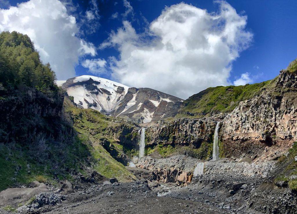 Dos cataratas caen desde una ladera en Chile
