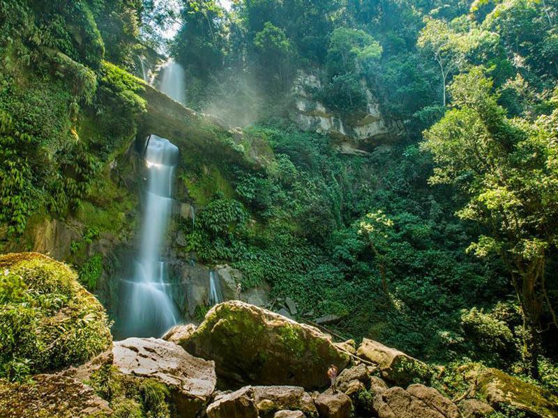 Catarata en medio de la selva en el Perú