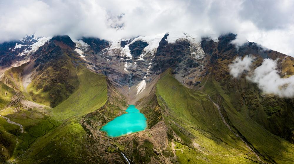 Laguna color turquesa entre medio de las montañas del Perú