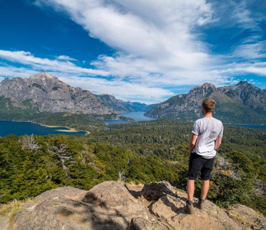 Persona observando paisaje montañoso en Bariloche