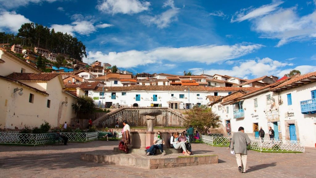 Plaza de estilo colonial con muros blancos