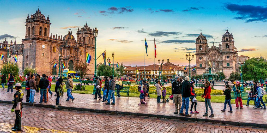 Plaza con mucha gente e iglesias