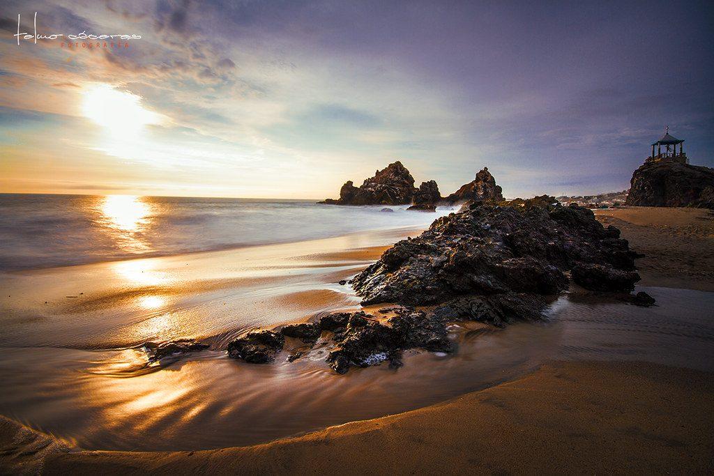 Atardecer en ua playa con rocas gigantes