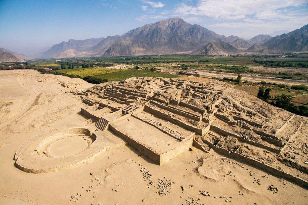 Complejo arqueológico y montañas al fondo en Lima