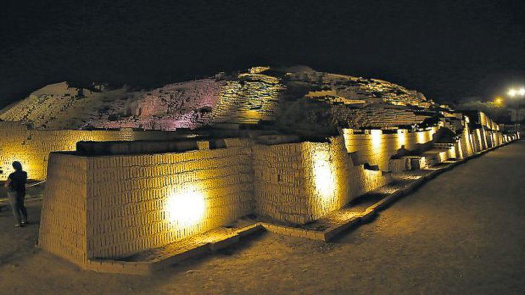 Complejo arqueológico de noche con iluminación en Lima