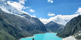 Mujer frente a inmensa laguna color turquesa