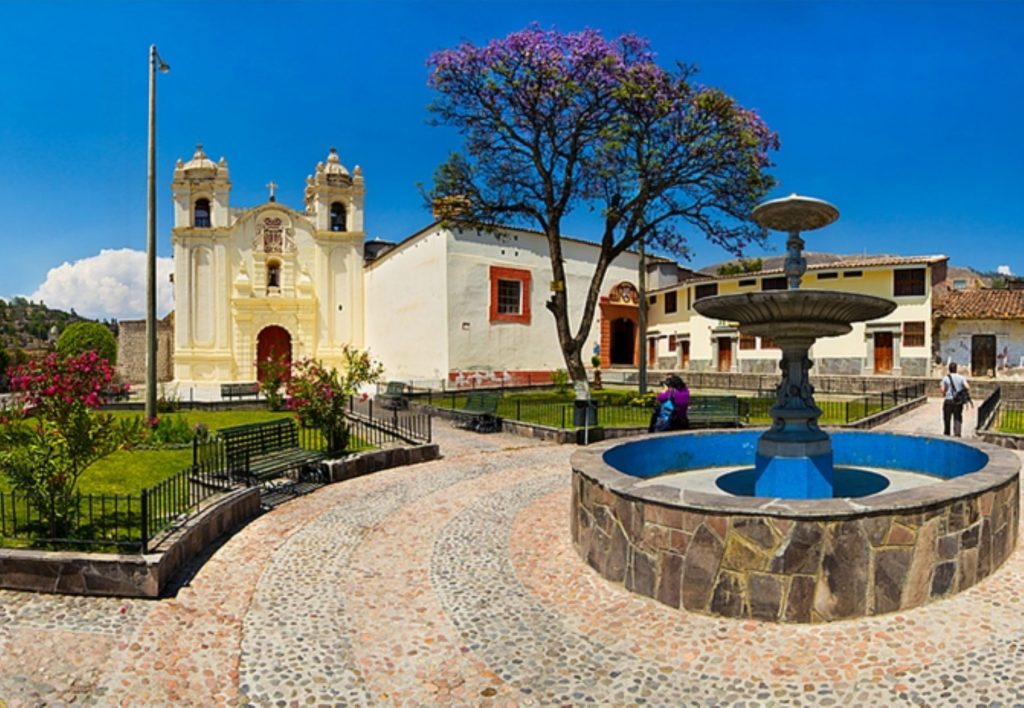Fuente e iglesia color blanca en ayacucho