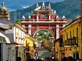 Arco color rojo en uno de los lugares turísticos de Ayacucho