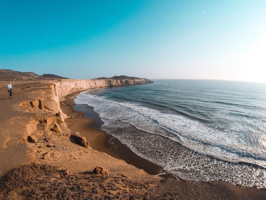 Playa con acantilados en uno de los lugares turísticos de Chiclayo