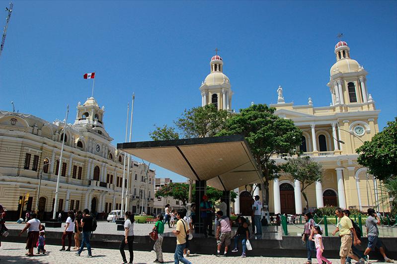 Personas caminando por centro histórico de la ciudad de Chiclayo