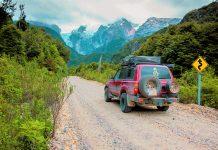 Auto viajando por carretera de tierra