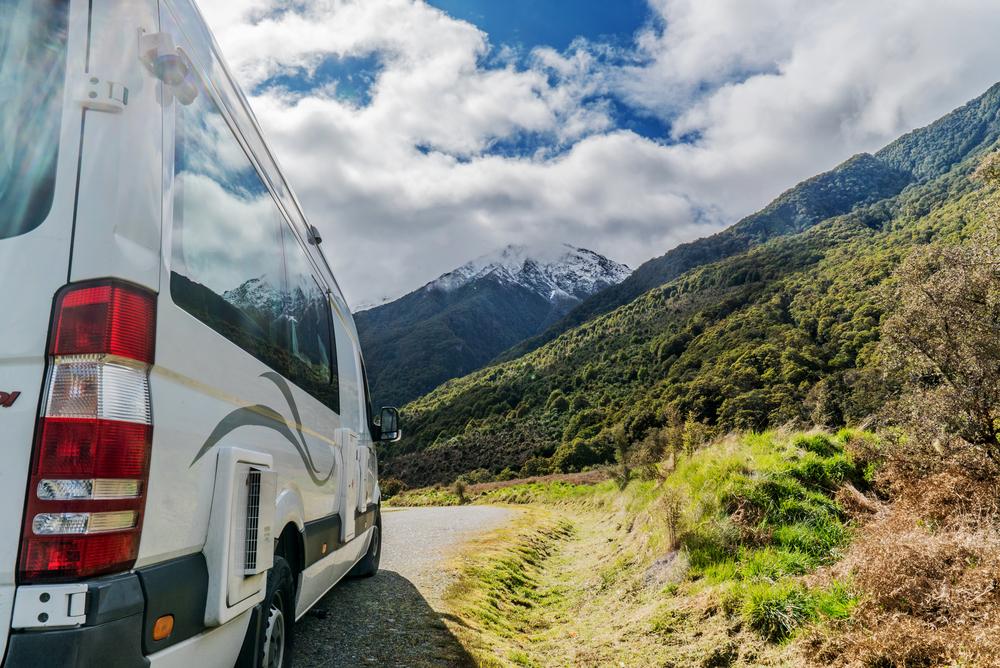 Auto turístico viajando por Chile