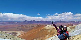 Pareja de viajeros sobre montaña en San Pedro