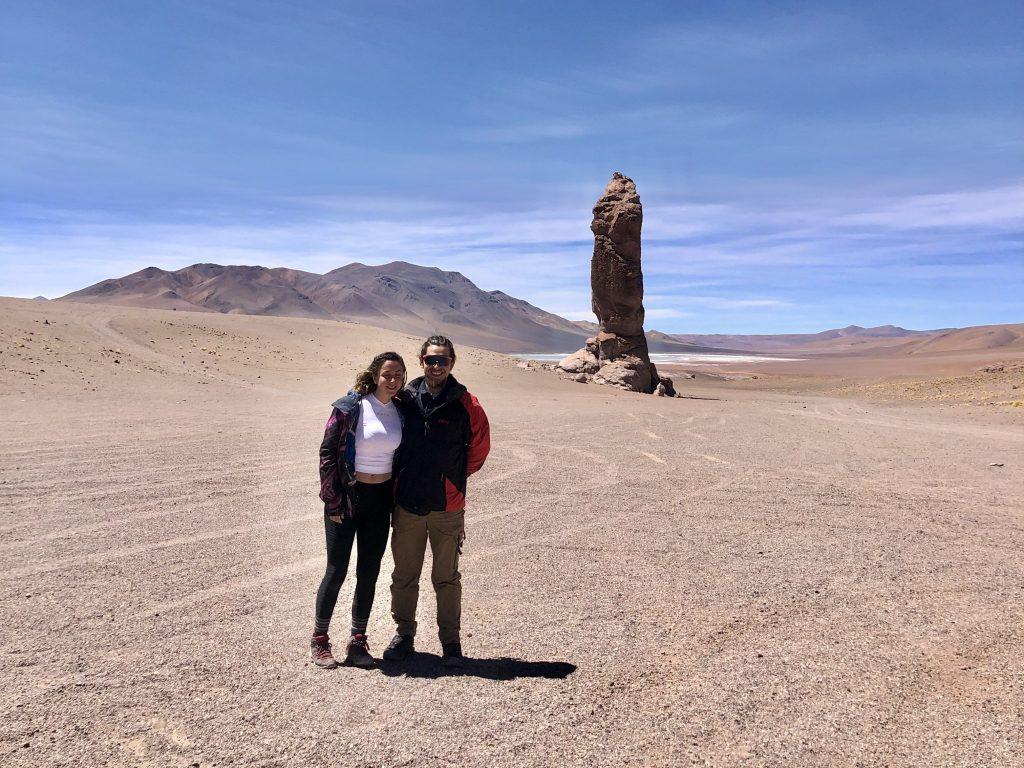 Pareja de viajeros en medio de desierto en San Pedro