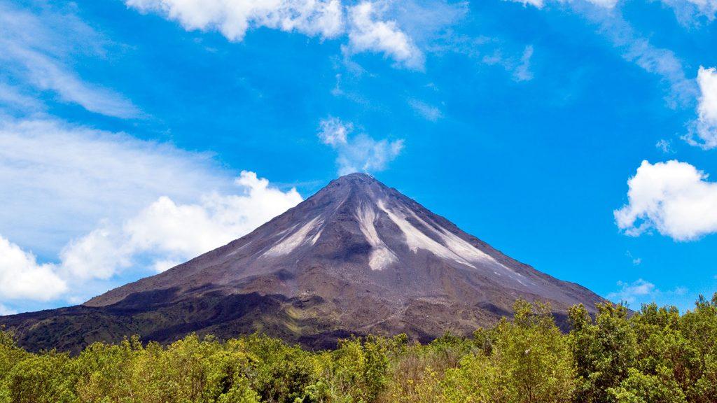 Volcan en medio de la selva en Costa Rica