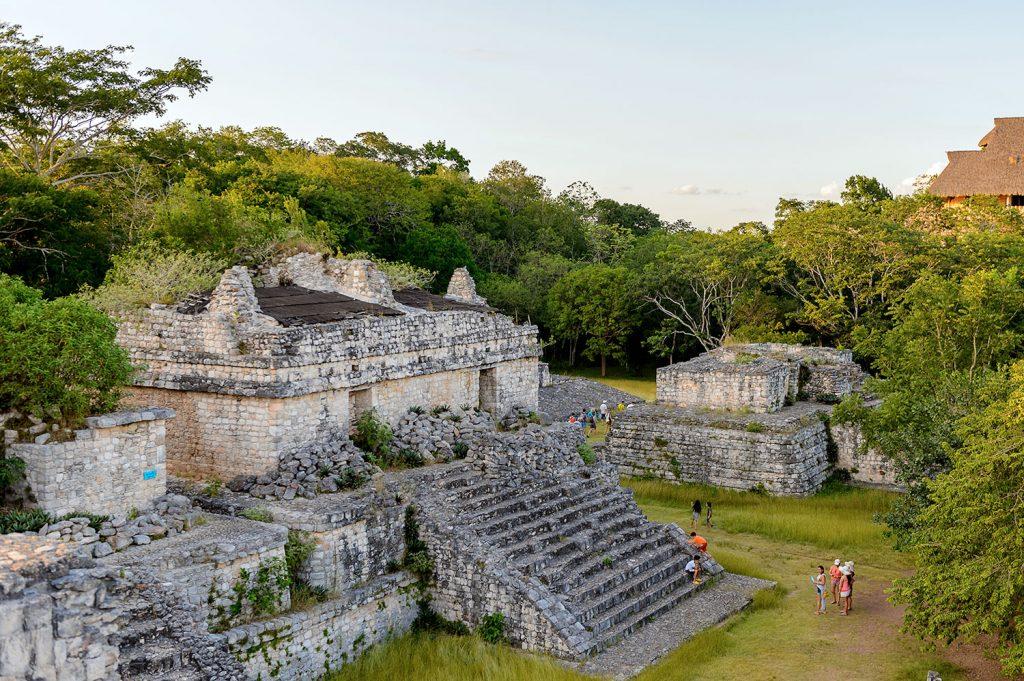Ruinas arqueologicas en medio de la selva en mexico