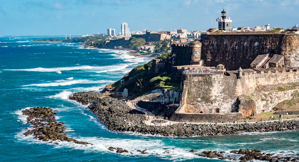 Fortaleza colonial frente a la playa y ciudad al fondo