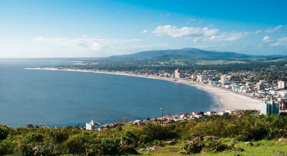 Ciudad frente a la playa en Uruguay